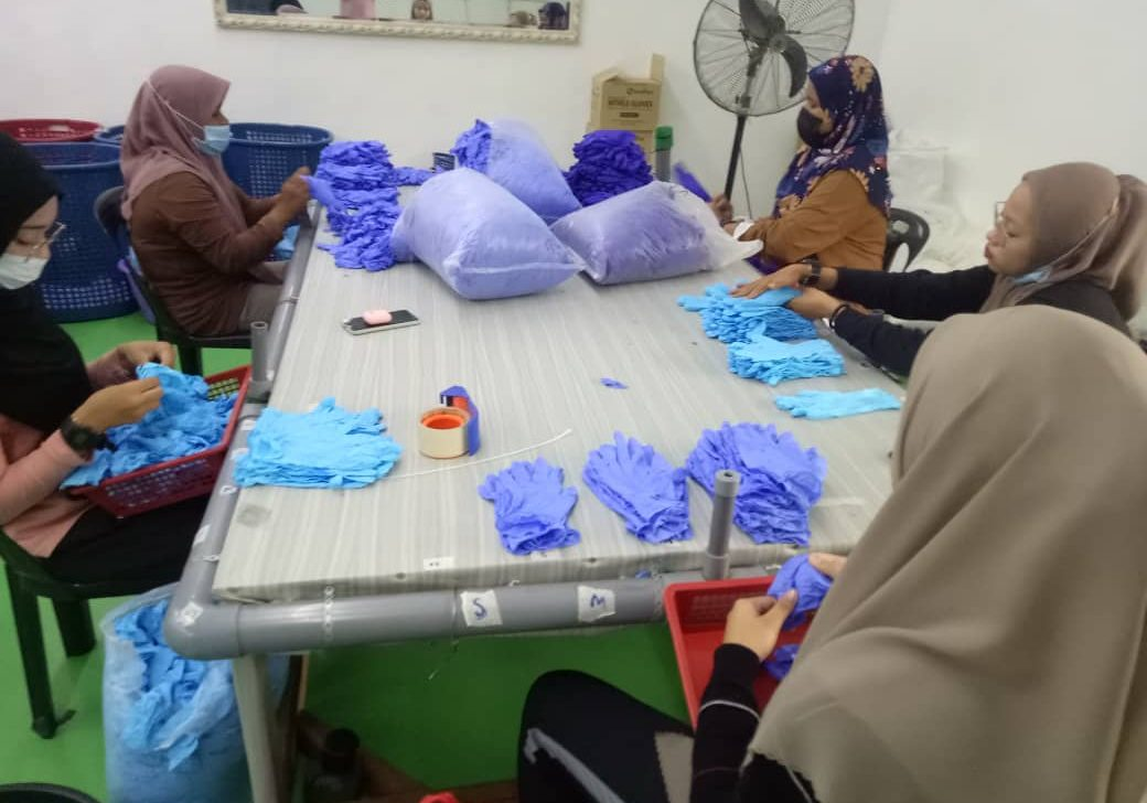 Packaging process of glove products